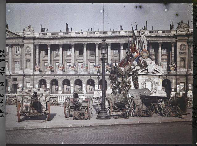 Canons pris aux Allemands exposés place de la Concorde, Statue de Lille et bureau de souscription par Auguste Léon ©Musée Albert-Kahn - Département des Hauts-de-Seine
