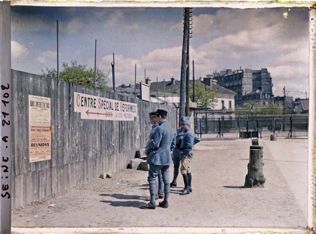 Des soldats lisant des affiches à la porte de Saint-Cloud, à l'occasion du 1er mai par Frédéric Gadmer ©Musée Albert-Kahn - Département des Hauts-de-Seine