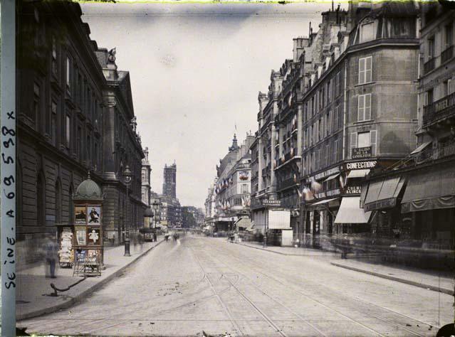 La rue de Rivoli longeant l'hôtel de ville par Georges Chevalier ©Musée Albert-Kahn - Département des Hauts-de-Seine