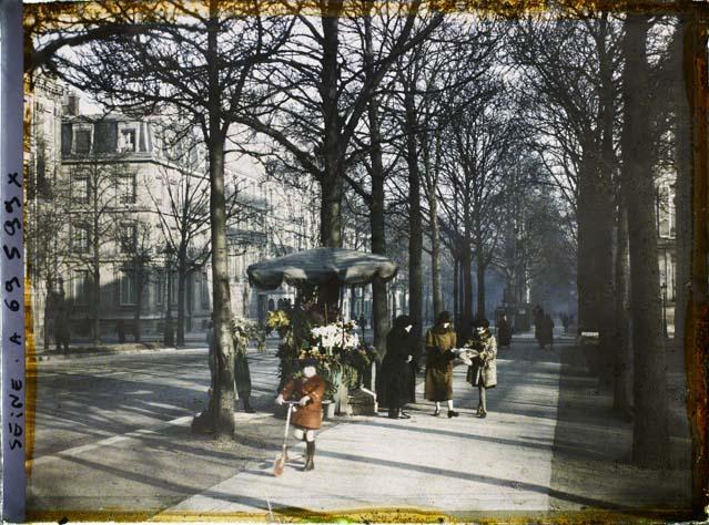 La rue de Rivoli longeant l'hôtel de ville ©Musée Albert-Kahn - Département des Hauts-de-Seine