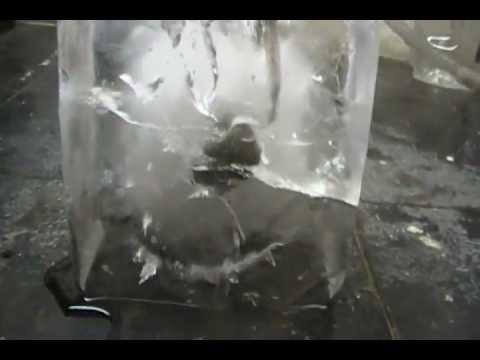 Une boule de nickel chaude sur de la glace