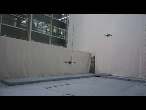 Des quadricoptères jouent avec des batons