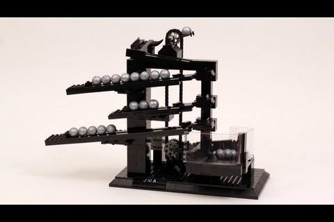 Une pendule avec des billes et des Legos