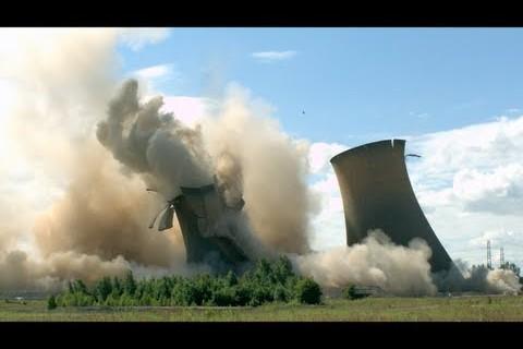 5 cheminées de centrale nucléaire détruites en slow motion