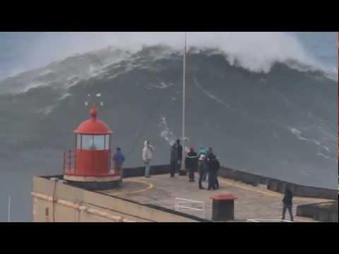 Un surfeur et une vague de 35m