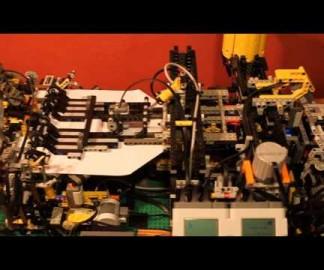 Une machine à plier les avions en papier en Lego