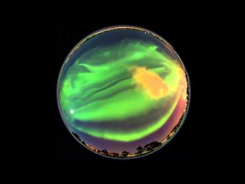 Une aurore boréale accélérée en panoramique