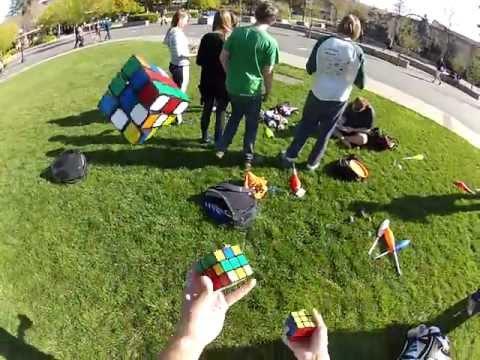 Jongler et résoudre des Rubick's Cubes