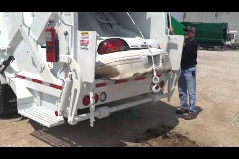 Un camion poubelle avale une voiture