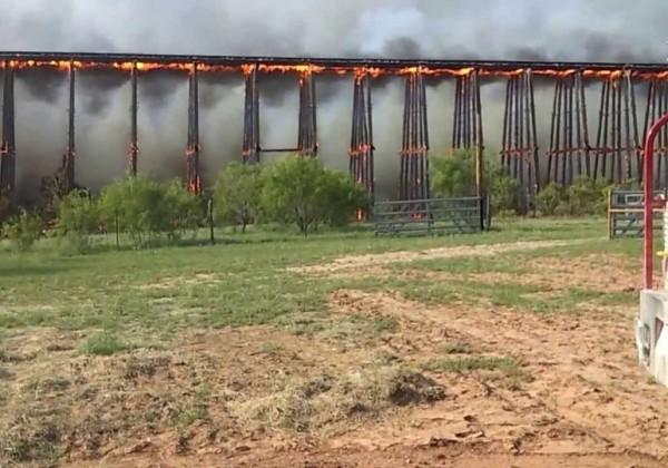 Un pont de bois qui brûle dans le Colorado