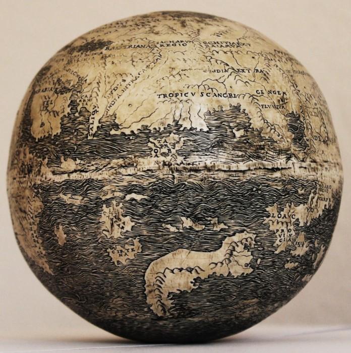 globe autruche nouveau monde dragon 02 696x700 Le plus vieux globe avec le Nouveau Monde, en oeuf dautruche ( et des dragons )  information histoire carte information bonus