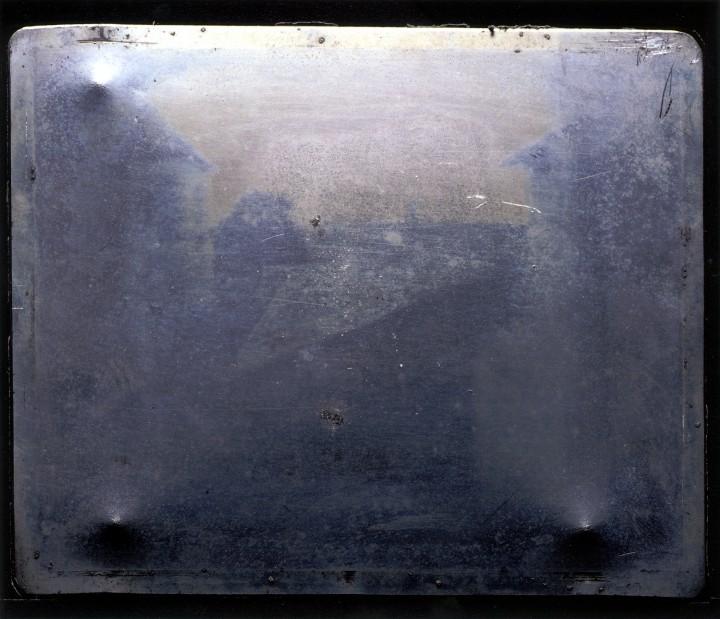 plaque photo premiere photographie niepce 720x619 La première photographie  photographie histoire bonus