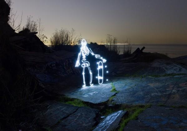 Un squelette fait du skateboard en lightpainting grâce au stopmotion