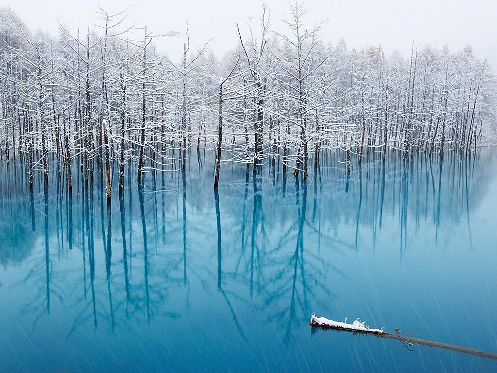Un lac bleu à Hokkaido