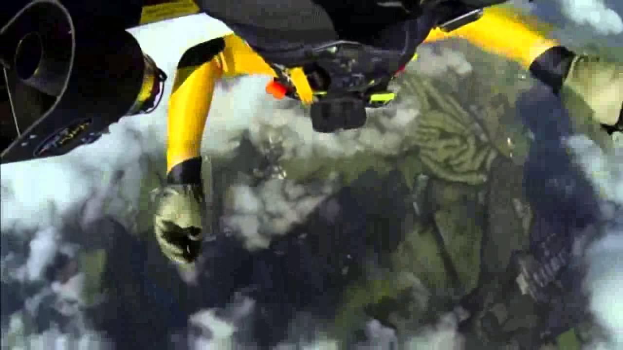 Yves «Jetman» Rossy fait le tour du Mt Fuji