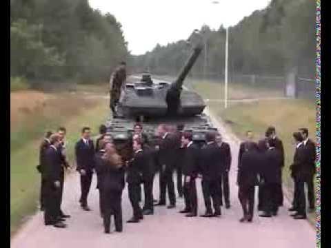 Un tank et des gens en costume