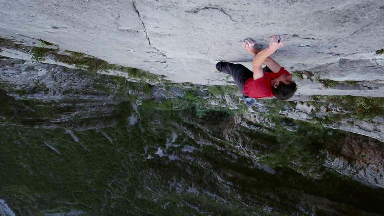 Alex Honnold escalade une falaise de 800m sans corde