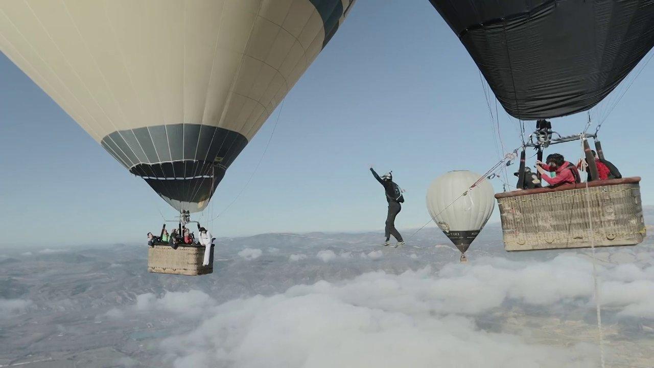 De la corde raide entre deux montgolfières