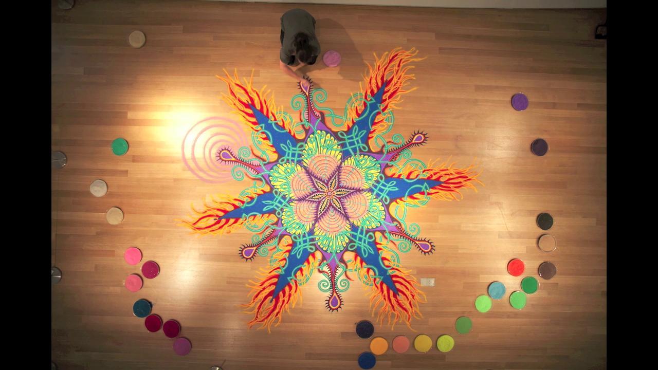 Des formes psychédéliques en sable coloré