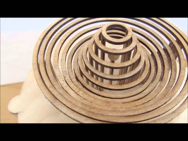 Les éclaboussures d'une goute d'eau en bois