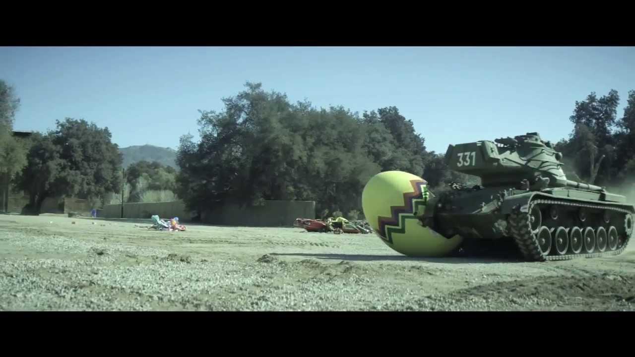 Arnold Schwarzenegger écrase des trucs avec un tank
