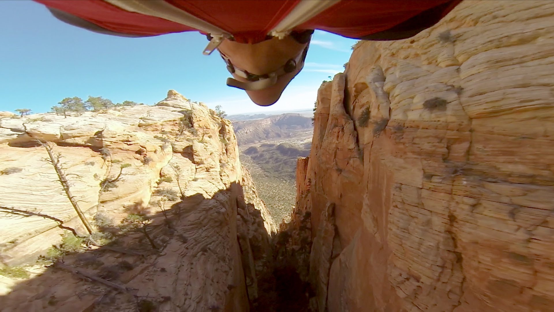 De la wingsuit dans un canyon
