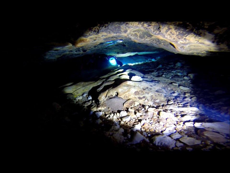 Plongez dans une minuscule grotte sous-marine