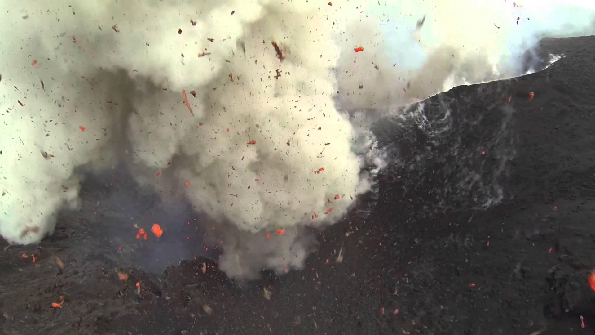 Un drone quadricoptère dans un volcan actif