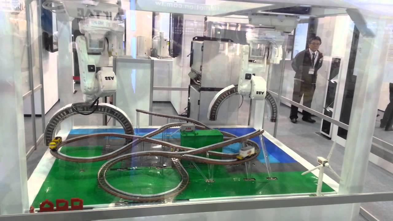 Un petit train et des bras robotiques
