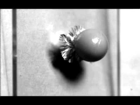 Un projectile sur une vitre filmé à 10 000 000 fps