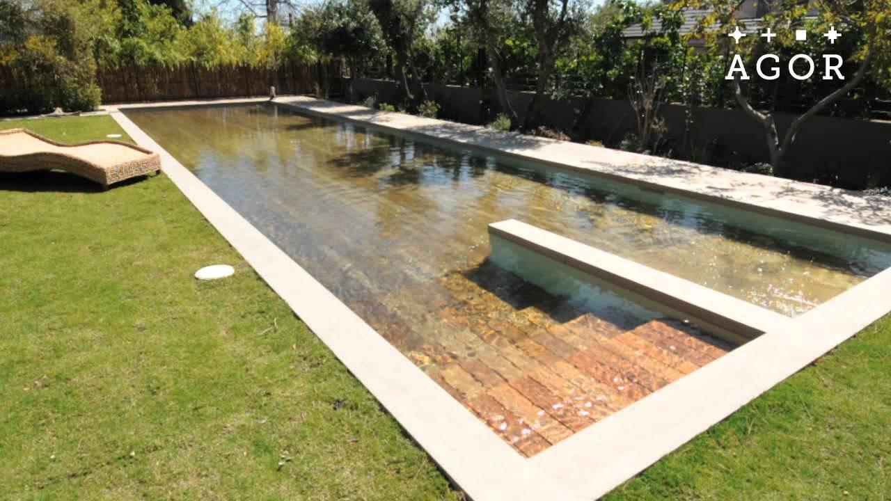 Une piscine terrasse en bois