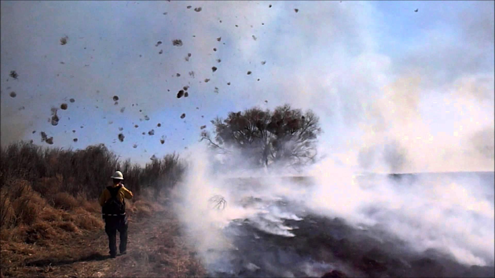 Une tornade de feu et de tumbleweeds