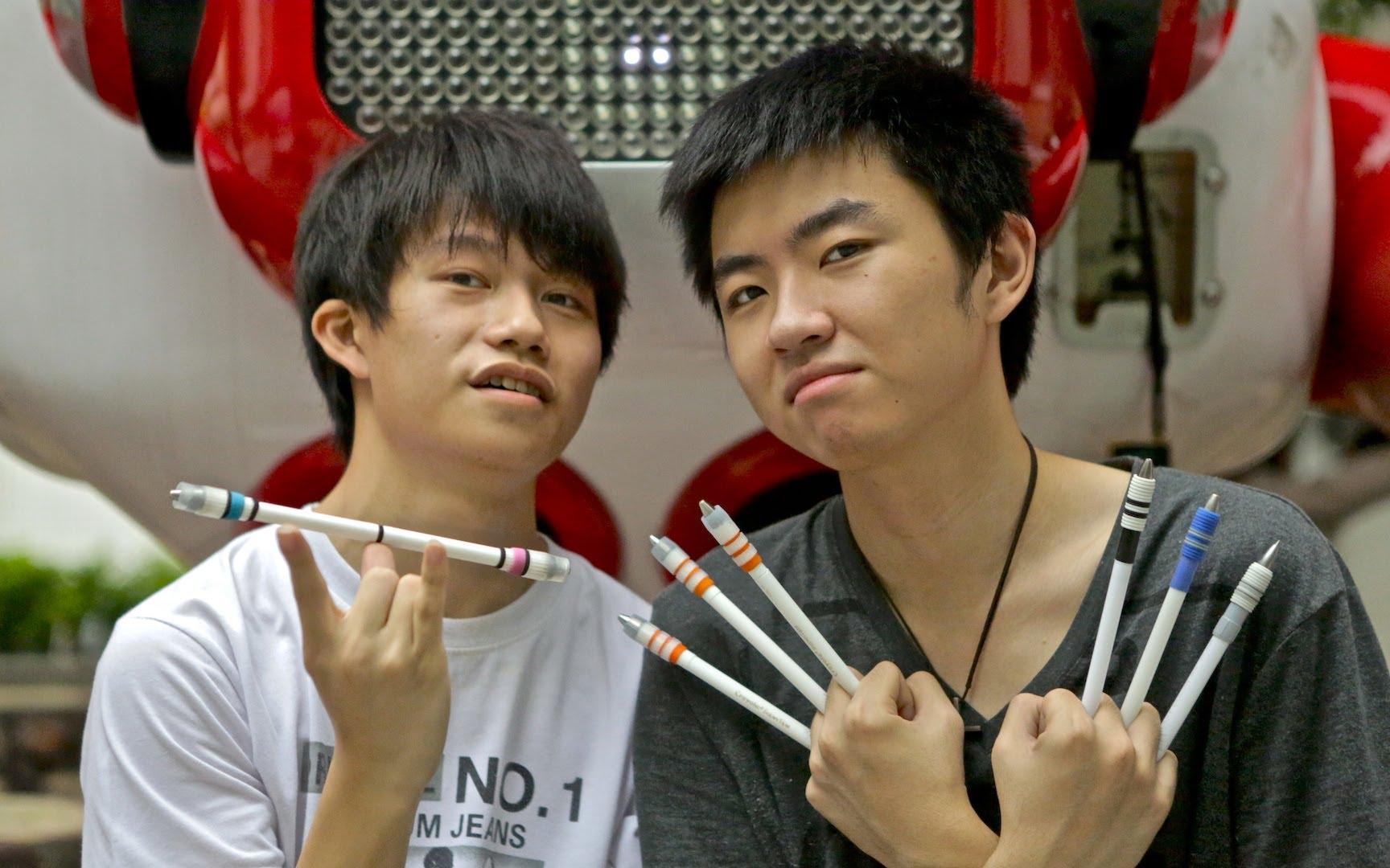 Des doigts et des crayons