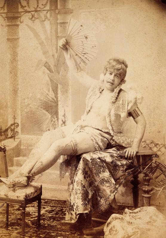 un homme moustachu habill en femme en 1896. Black Bedroom Furniture Sets. Home Design Ideas