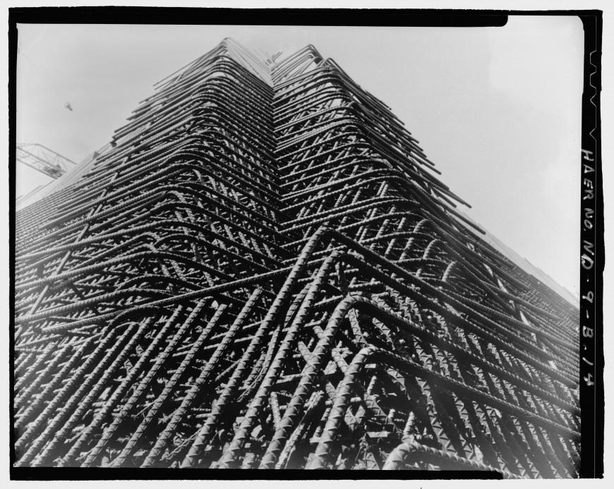 Une pyramide perdue dans le Dakota pour surveiller la fin du monde ! By La Boite Verte Pyramide-dakota-construction-05-870x693