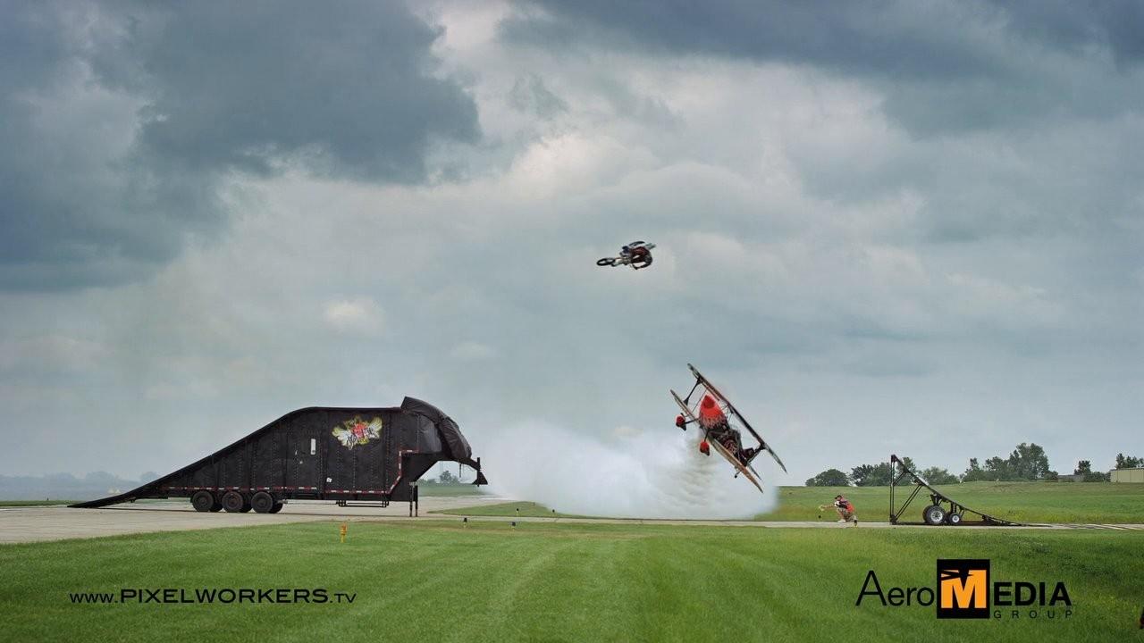 Un avion et une moto