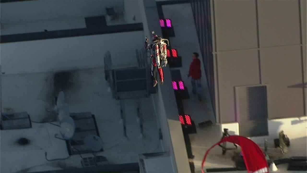 Un tour de jetpack autour d'un immeuble