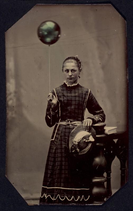 jeune-femme-ballon-helium