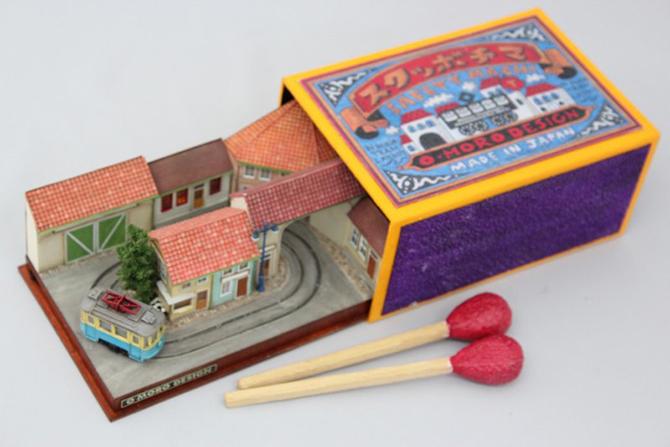Des petit trains miniatures sur des objets Petit-train-miniature-objet-05