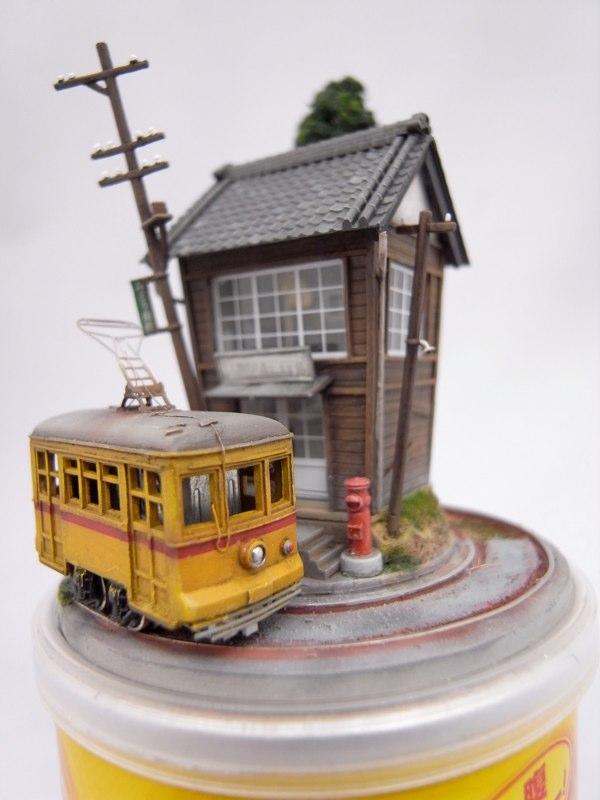 Des petit trains miniatures sur des objets Petit-train-miniature-objet-06