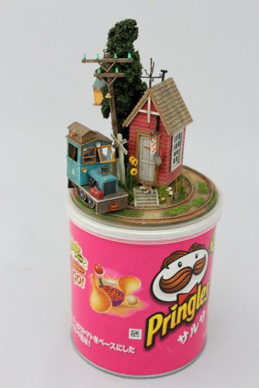 Des petit trains miniatures sur des objets Petit-train-miniature-objet-08