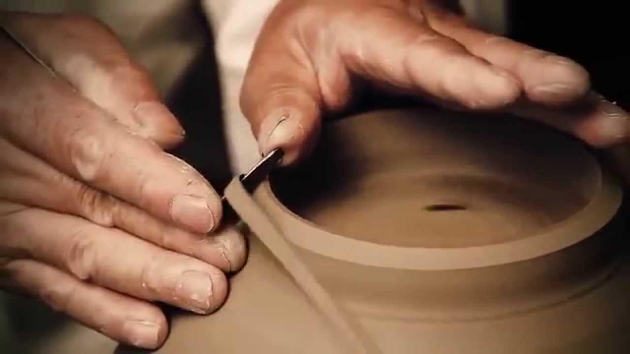Des gens qui font de la céramique