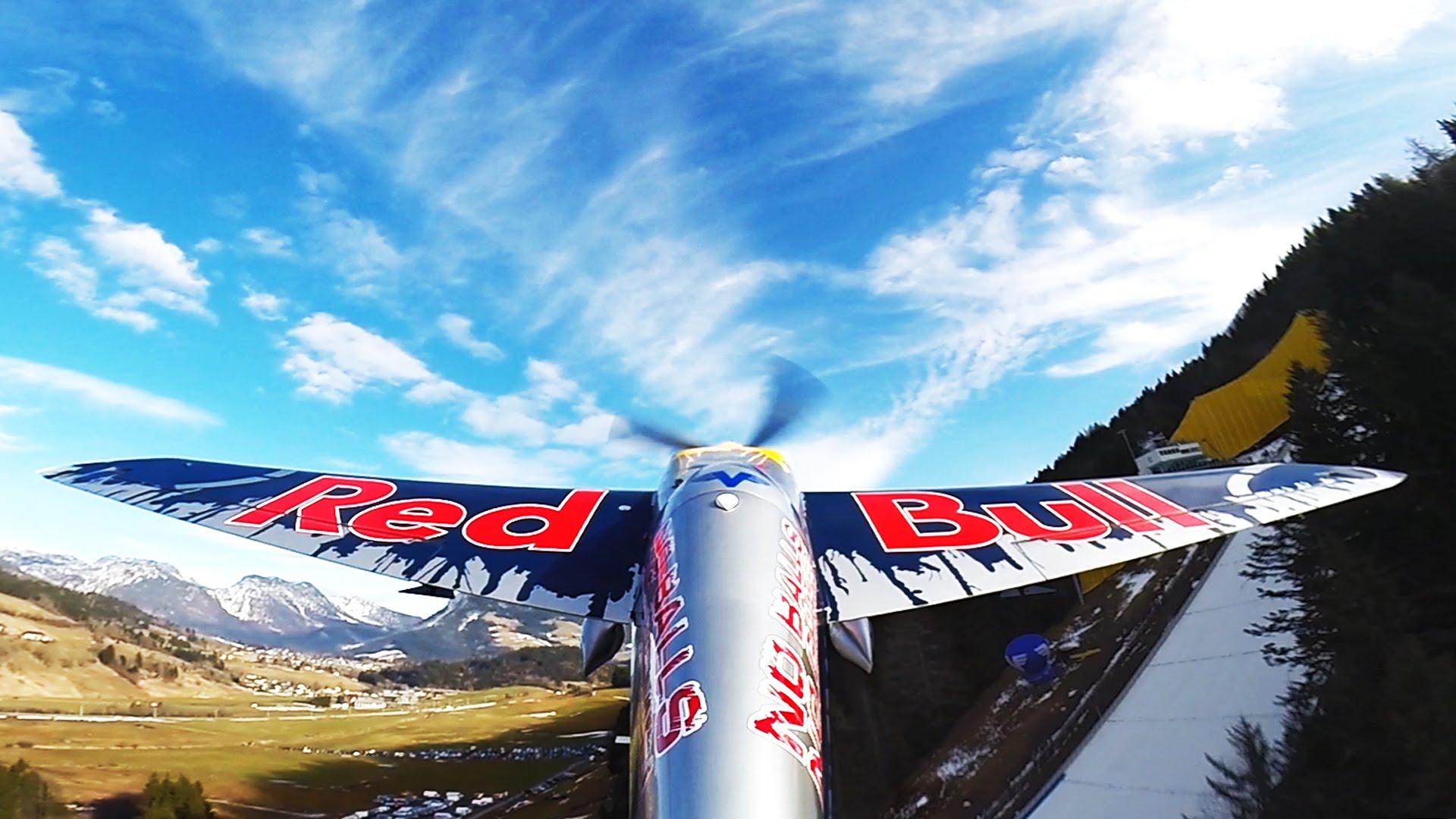 Un avion décolle depuis une route des Alpes