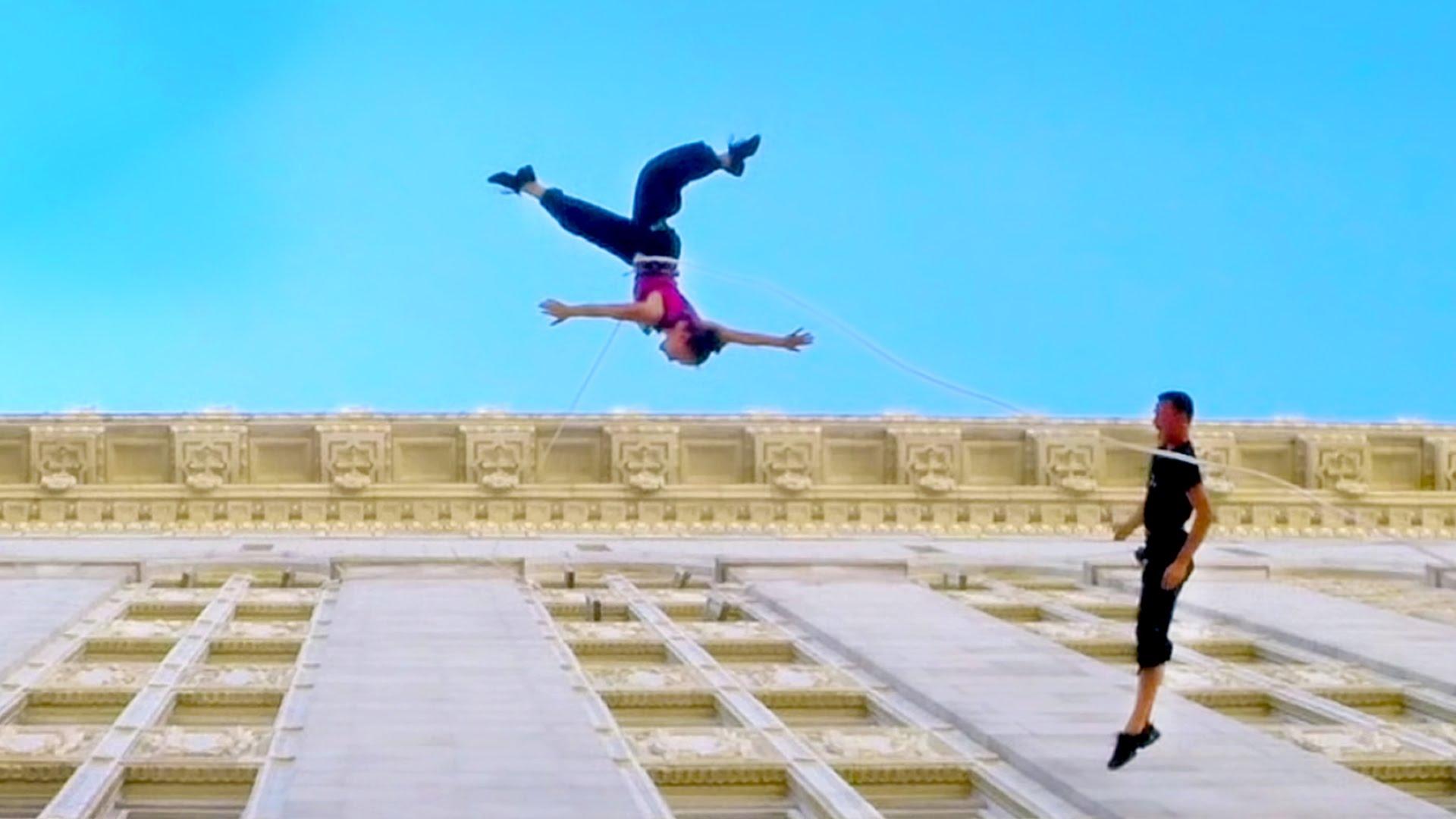 De la danse sur la façade d'un immeuble