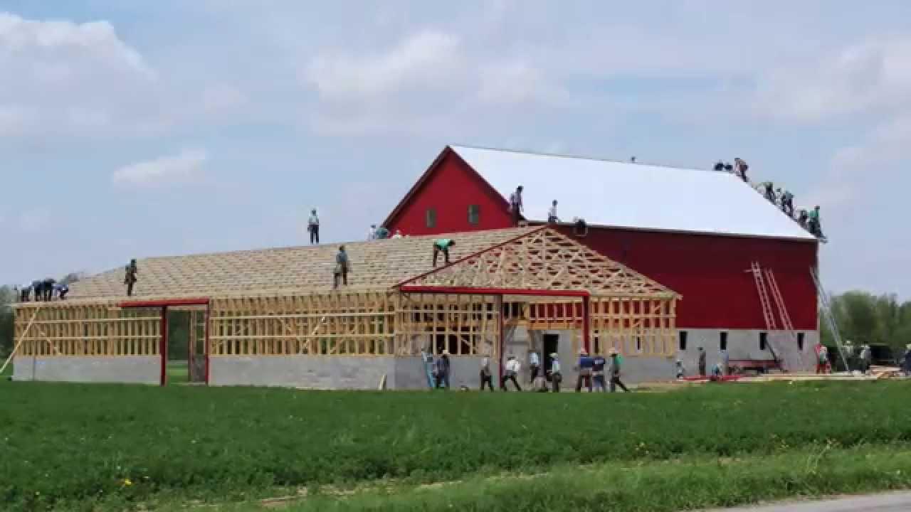 Des Amish construisent une ferme
