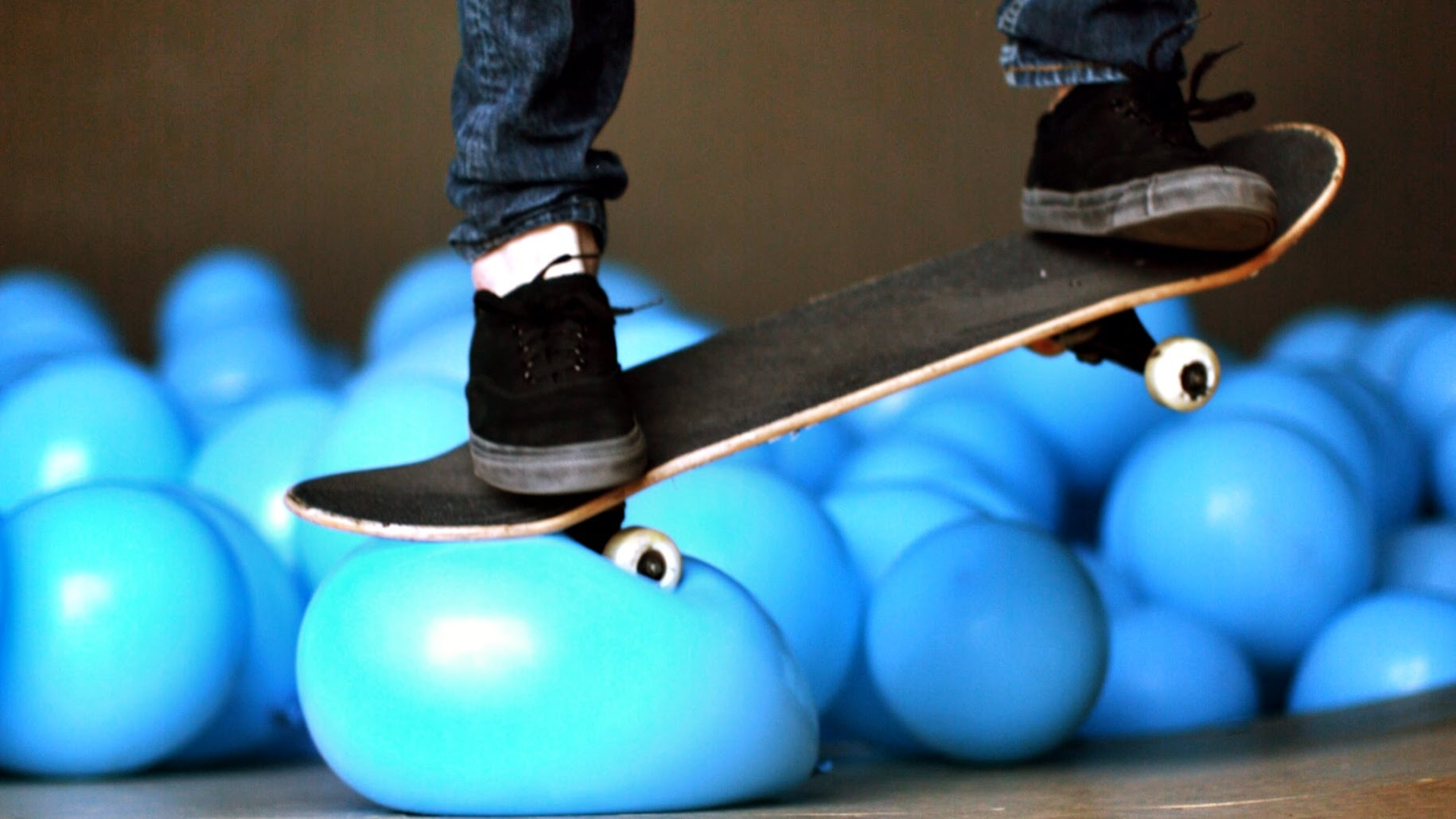 Des ballons dans un skatepark