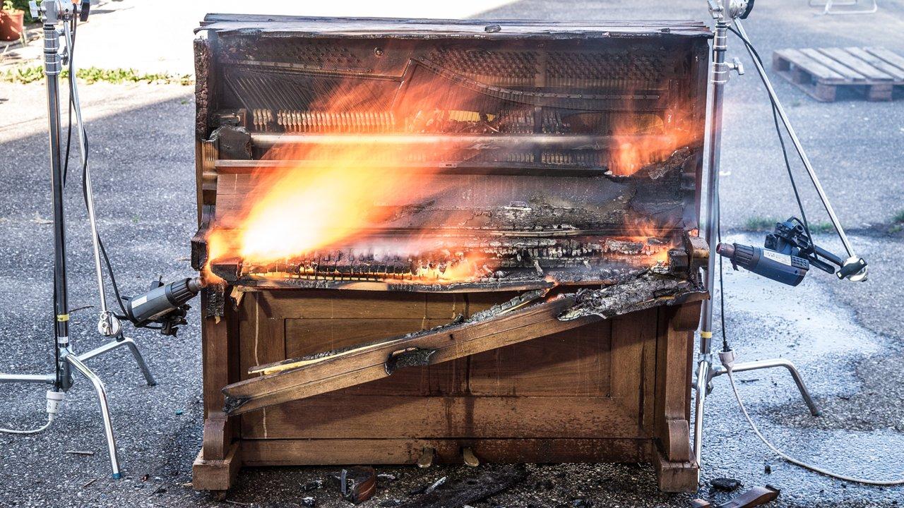 Un piano rencontre des décapeurs thermiques