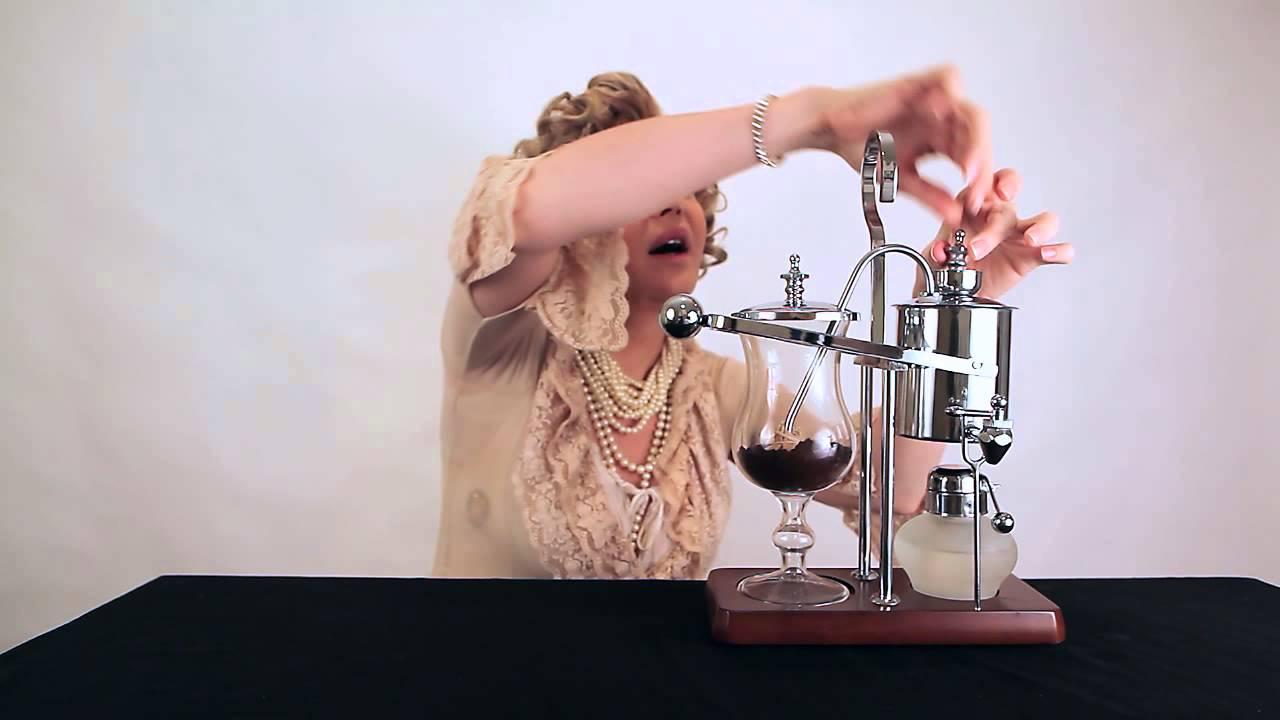 Une machine à café avec une balance et un siphon du 19ème siècle