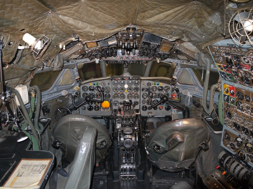 08-cockpit-avion-De_Havilland_DH106_Comet_4_G-APDB_Cockpit