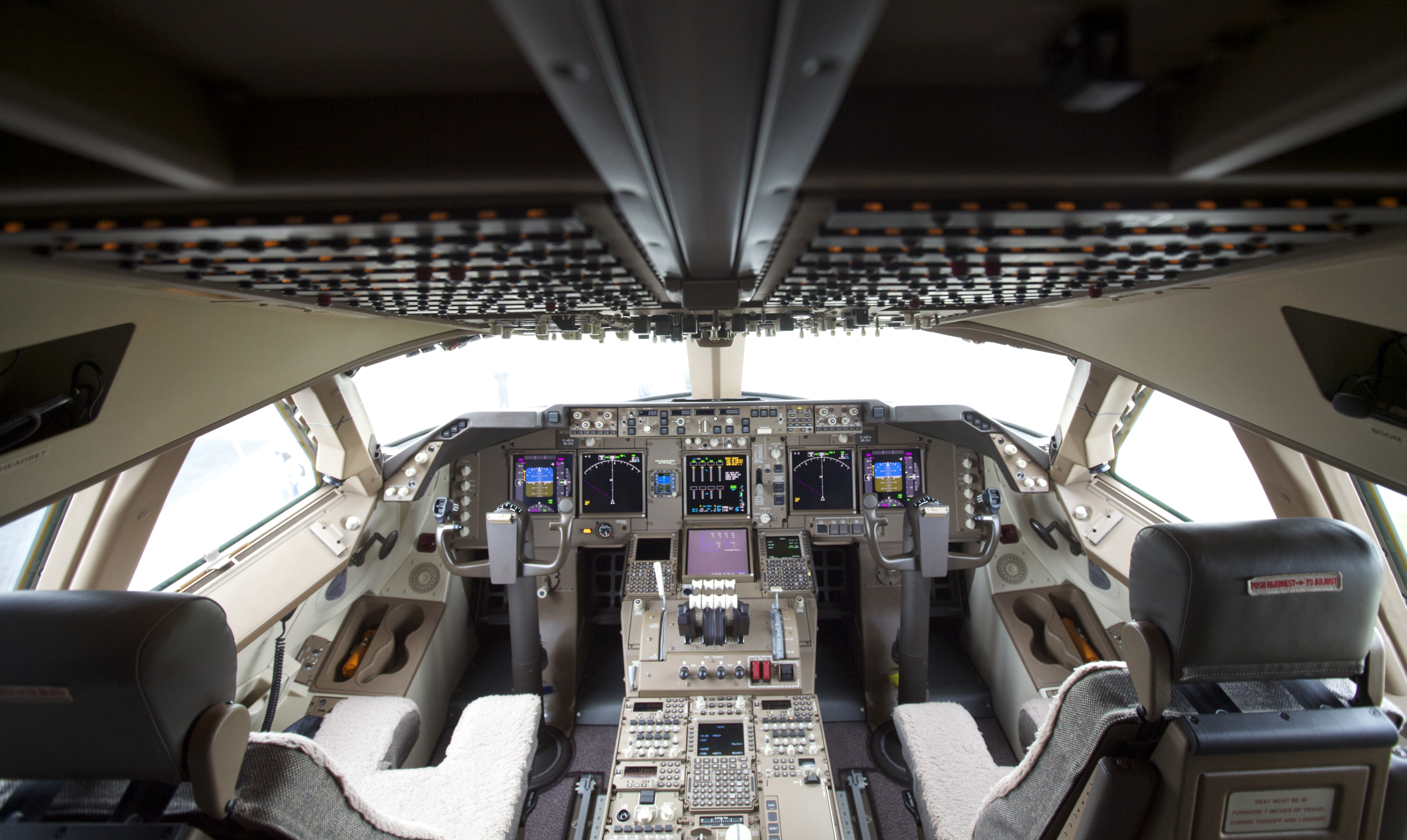 Boeing delivers 747 8 intercontinental to lufthansa la for Avion 747 interieur